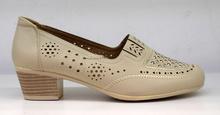 Елегантни дамски обувки на нисък ток - AELITA - бежови а перфорация
