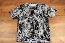 Страхотна мъжка тениска - CHARLES - бяла на черни пръски до 3XL