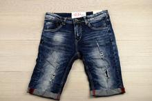 Модни къси мъжки дънки - AARON - сини с червени акценти и кръпки