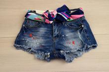 Дамски къси дънкови панталонки - JENNA - сини с цветен шал