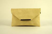 Дамска чанта тип плик - бежова