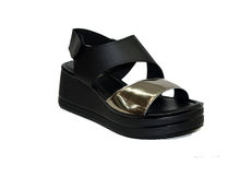 Дамски сандали на платформа - 2806 - черни със златиста лента