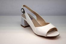 Елегантни дамски сандали на нисък ток - бели