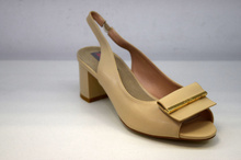 Елегантни дамски сандали на нисък ток - бежови