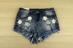 Къси дамски дънкови панталонки - 8811 - сини с цветя